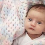 Како бебињата го развиваат видот и кога почнуваат да гледаат?